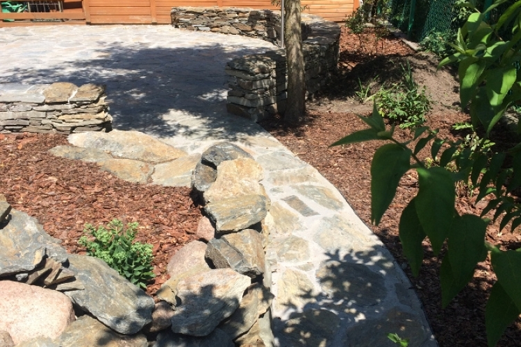 Nawierzchnie i mała architektura z kamienia naturalnego